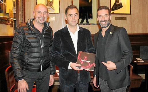 El fotógrafo Guillem Molins, el editor, Miquel Horrach; y Jaume Anglada.