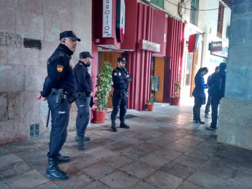 Agentes de la Policía Nacional participan en los registros a cafeterías y restaurantes de alto standing de Palma.