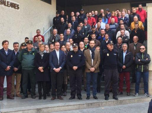 El ministro de Sanidad, Alfonso Alonso, la delegada del Gobierno, María Teresa Palmer, el jefe de Policía, Antonio Jarabo, y el expresidente del Govern José Ramón Bauzá, durante el minuto de silencio en memoria de los policías fallecidos por el atentado terrorista sufrido el pasado viernes por la Embajada de España en Kabul.