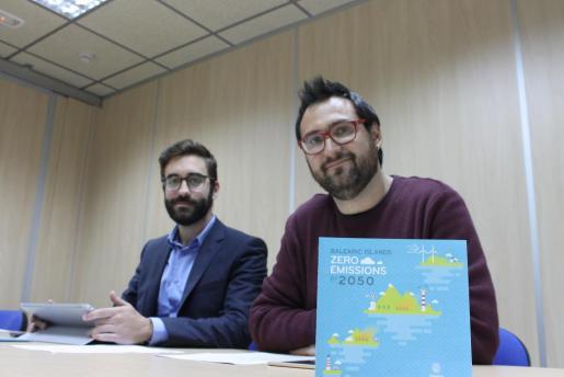 Los directores generales de Energia y Canvi Climàtic, Joan Groizard, y Edicació Ambiental, Qualitat Ambiental y Residus, Sebastià Sansó, durante la rueda de prensa que han ofrecido este martes.