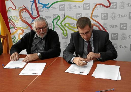 El presidente de la FBT, Joan Llabata, y el director de la AEPSAD, Enrique Gómez Bastida, durante la firma del convenio.