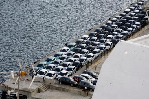 Una nueva flota de coches destinados al alquiler, a su llegada al puerto comercial de Maó.