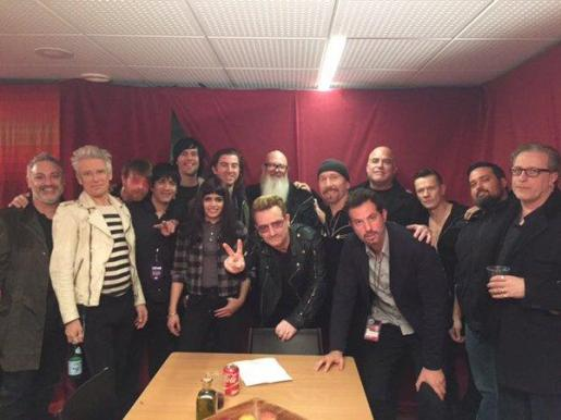 Los grupos Eagles of Death Metal y U2 posan tras su concierto el pasado 7 de diciembre en París.