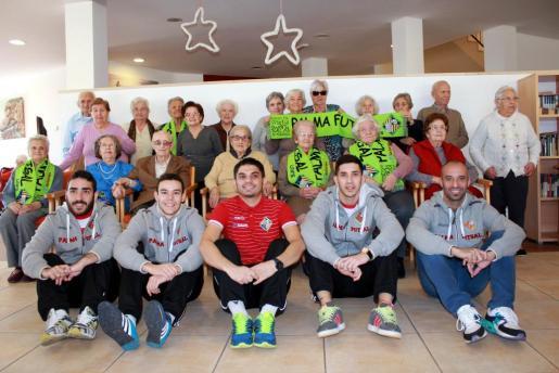 Los jugadores Vadillo, Tripodi, Manu Orellana y José Luna, junto a los residentes del Hospital de Llevant.