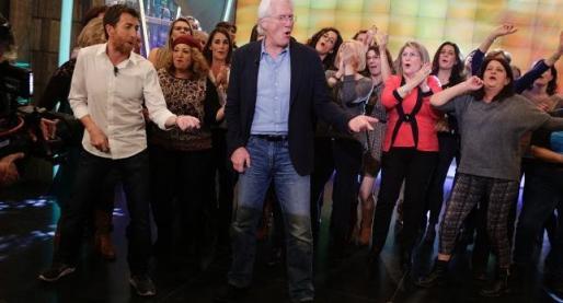 Richard Gere, bailando con sus fans.