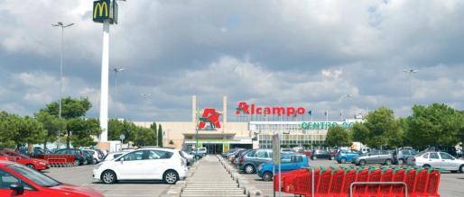 Entrada al centro comercial Alcampo.