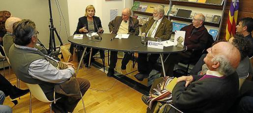 Teresa Cabré del Institut d'Estudis Catalans (IEC), Joan Veny, Joan Domènec Ros (IEC) y el editor Lleonard Muntaner, en la presentación del libro Perfils Perfils lingüístics balears.