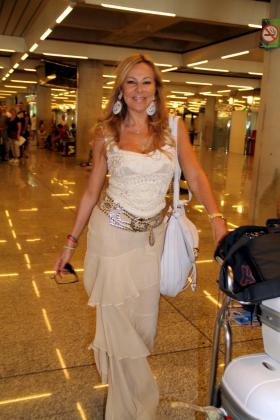 Ana Obregón, muy guapa, se paseó por el aeropuerto de Palma