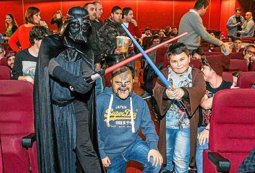 Durante el estreno oficial de 'El despertar de la fuerza' se pudo ver en Multicines Eivissa a seguidores de todo tipo de la popular saga de Star Wars. Foto: TONI ESCOBAR