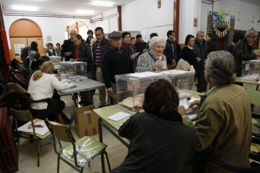 Votaciones en un colegio electoral de Palma durante el 20-D.