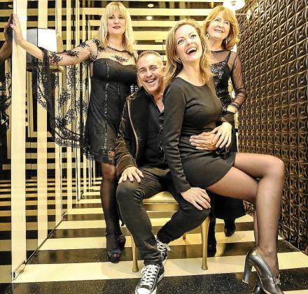 La cuidada decoración de los baños del Hard Rock Café fue el escenario elegido por la vicepresidenta del Consell d'Eivissa, Marta Díaz. Foto: ARGUIÑE ESCANDÓN