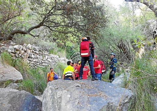 Integrantes de los equipos de emergencia, durante el rescate de la escaladora.