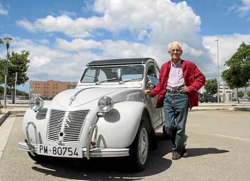 Pedro Galiana, al lado de su Citroën 2 CV.