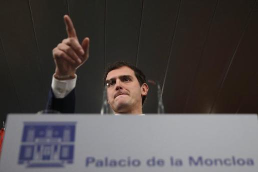 El presidente de Ciudadanos, Albert Rivera, durante la rueda de prensa que ha ofrecido al término de la reunión con el presidente del Gobierno español en funciones, Mariano Rajoy, en el Palacio de la Moncloa.