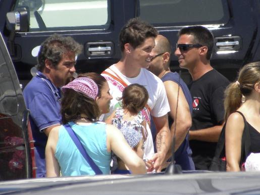 Fernando Torres y su esposa Olalla, muy pendientes de su hija Nora.