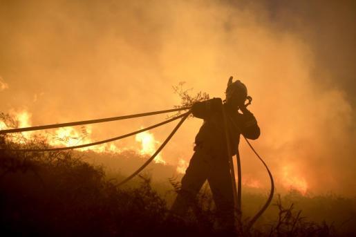 Las llamas alcanzaron grandes dimensiones en Berango.