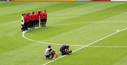 Los jugadores del Mallorca en el campo del FC Utrech.