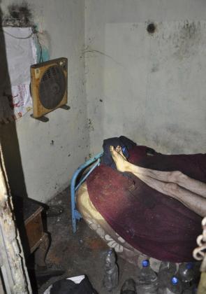La Policía Nacional ha liberado en Dos Hermanas (Sevilla) a un hombre, de 59 años, al que sus hermanos obligaban a vivir encerrado en un palomar de tres metros cuadrados en condiciones inhumanas, y ha detenido a sus hermanos, de 76 y 61 años, encargados de su cuidado.