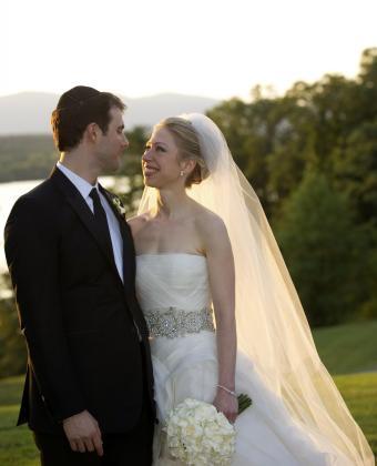 Chelsea Clinton mira a Marc Mezvinsky después de la boda celebrada en el Astor Court en Rhinebeck, Nueva York.