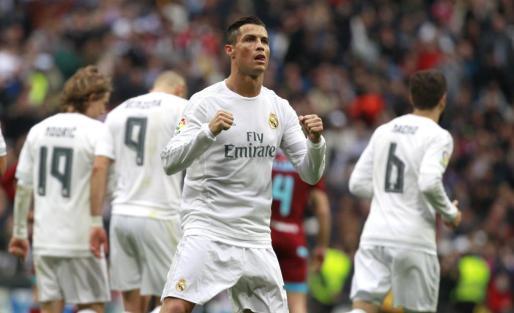 El delantero portugués del Real Madrid Cristiano Ronaldo celebra el gol marcado de penalti ante la Real Sociedad, durante el partido de la decimoséptima jornada de liga de Primera División disputado este miércoles en el estadio Santiago Bernabéu.