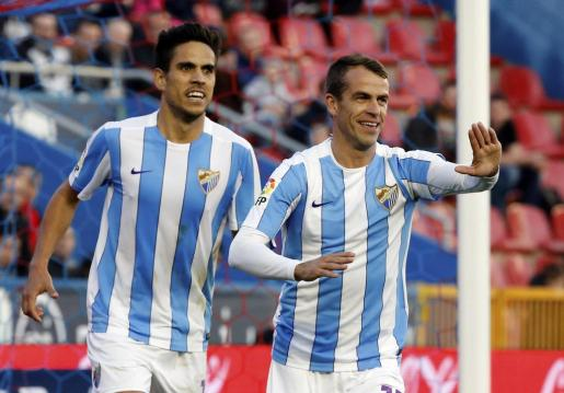 El centrocampista portugués del Málaga Sergio Barbosa 'Duda' (d) celebra la consecución del primer gol de su equipo ante el Levante.