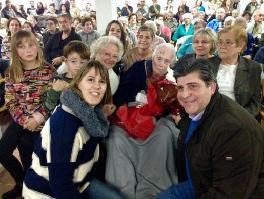 Representantes municipales con la centenaria Antònia Riera.