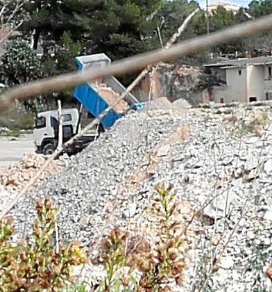 El camión utilizado en las obras del archivo vertiendo los escombros en la cantera ilegal.