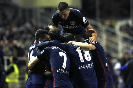 Los jugadores del Atlético de Madrid celebran el gol marcado por su compañero el delantero argentino Ángel Correa, durante el partido correspondiente a la decimoséptima jornada de liga de Primera División.