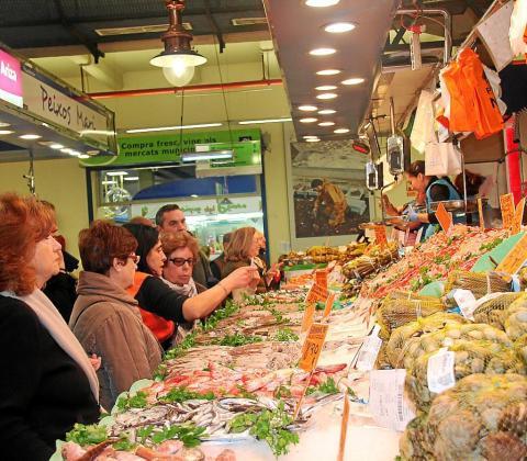 Los puestos con más afluencia de clientela este miércoles en el Mercat de l'Olivar eran los de la pescadería y los especializados en embutidos.