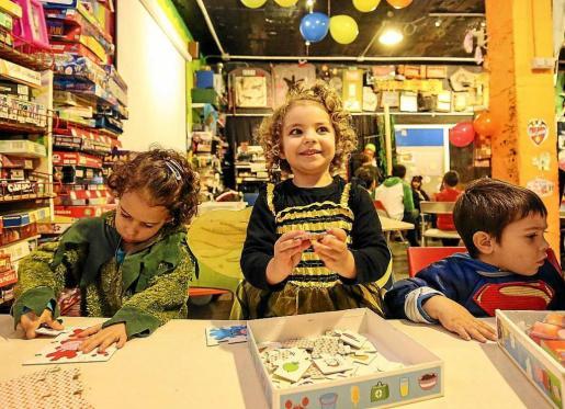 Algunos de los niños, vecinos de Platja d'en Bossa y Sant Jordi, acuden a menudo a este espacio cultural infantil y juvenil que dispone de una amplia y bien dotada ludoteca. Foto: ARGUIÑE ESCANDÓN