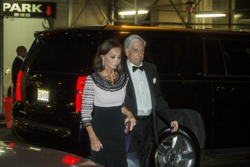Isabel Preysler y el escritor peruano Mario Vargas Llosa, en una imagen de archivo tomada a su llegada a la gala de la Hispanic Society el pasado mes de octubre.