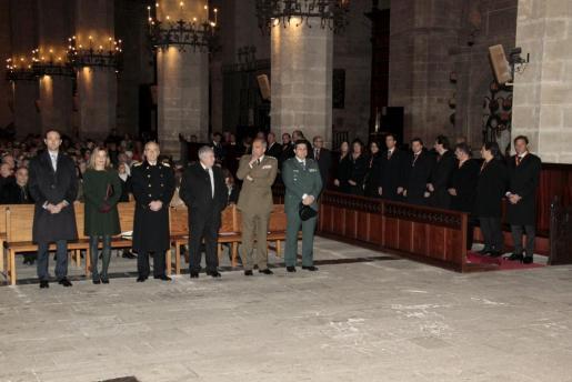 Autoridades civiles y militares durante la celebración de la tradicional misa en la Seu.