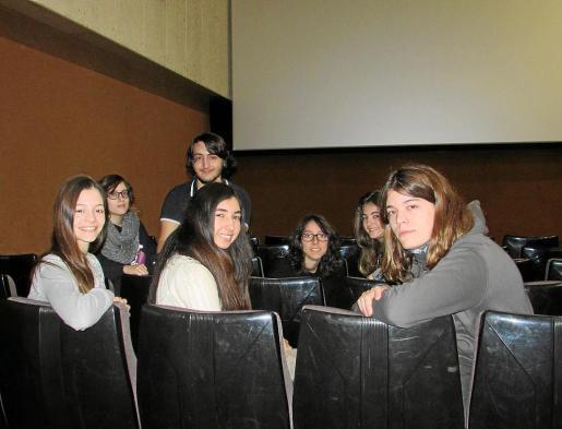Úrsula Urgelés, Marina Delgado, Oslaya Zapata, Daniel González, María Ozonas, Gabriela Arranz y Jofre Urgelés, participantes en la segunda edición del Kontrabando Film Festival, fotografiados en CineCiutat.