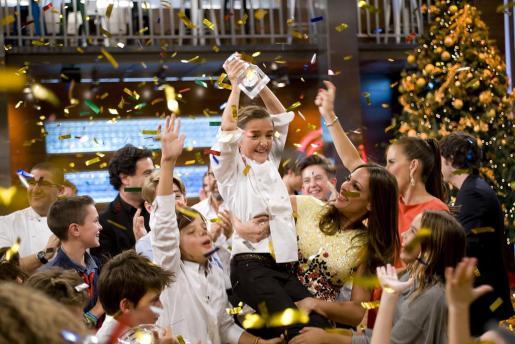 Imagen facilitada por Shine Iberia de María (c), la madrileña de 11 años que ha ganado la tercera edición del programa de TVE 'MasterChef Junior'.