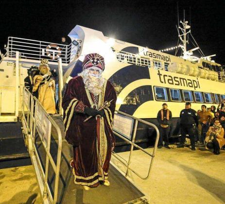 Los Reyes Magos en su desembarco en Vila. Foto: ARGUIÑE ESCANDÓN