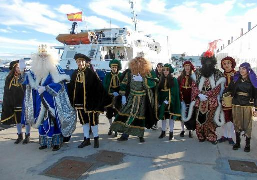Los Reyes Magos llegaron a las 16.30 horas en una embarcación de línea regular. Foto: MARTA VÁZQUEZ