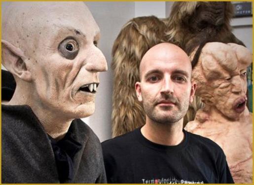 Juan Villa junto a unas esculturas.