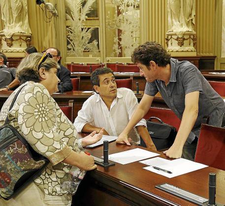 Alberto Jarabo conversa con Nel Martí en presencia de Esperança Camps.