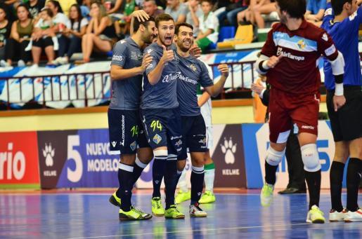 Tomaz, Paradynski y Sergio celebran un gol ante el Elche en la primera vuetla.