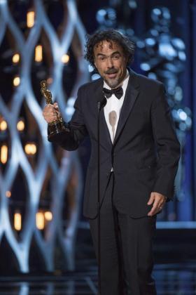 Fotografía de archivo que muestra al cineasta mexicano Alejandro González Iñárritu en el momento en el que recibe el Óscar al Mejor Director por 'Birdman'.