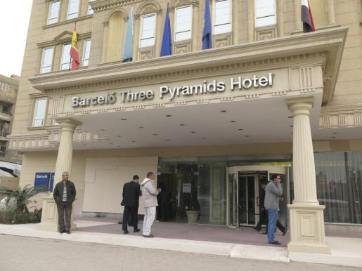 Entrada del hotel Barceló Cairo Pyramids, también conocido como Tres Pirámides, en la calle Al Haram del distrito de Guiza en el suroeste de El Cairo.