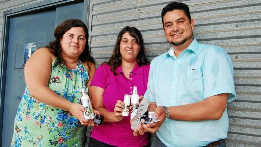 Los fundadores y creadores María Rodríguez, Paula Roig y Alejandro Sándigo sostienen los productos de Hammame y Sabiem.