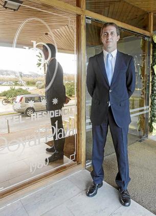 Eduardo Manero, junto a la puerta de entrada del Royal Plaza.