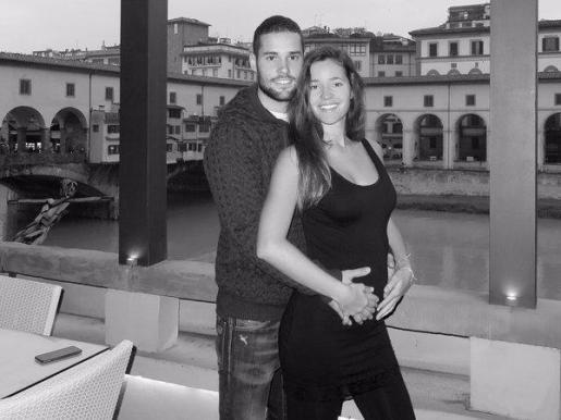 Fotografía de Malena Costa y Mario Suárez con la que anuncian su próxima paternidad.