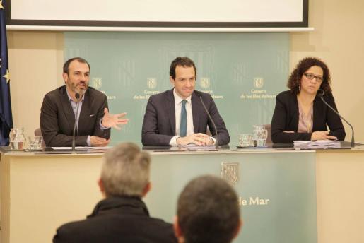 Biel Barceló, Marc Pons y Catalina Cladera durante la rueda de prensa posterior a la reunión del Consell de Govern de este viernes.