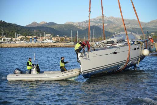 La operación para sacar y devolver el velero al agua ha sido muy compleja.