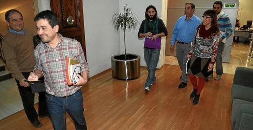 Alorda y Martí (MÉS) a la izquierda, con Camargo, Picornell y otros miembros de Podemos antes de la reunión.