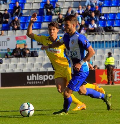 Pol Roigé conduce el balón perseguido por el jugador del ATB Francesc Fullana.