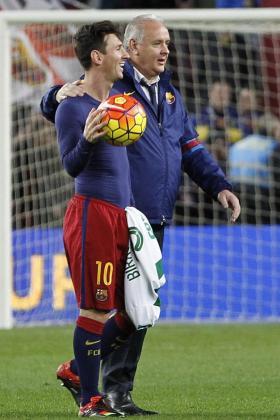 Leo Messi se lleva el balón en recuerdo de los tres goles conseguidos ante el Granada.