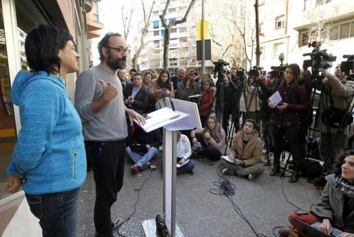El diputado de la CUP Benet Salellas y Anna Gabriel, durante una rueda de prensa tras la reunión del consejo político de la CUP y su Grupo de Acción Parlamentaria.